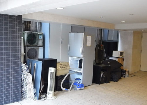 様々な家具が並ぶ室内