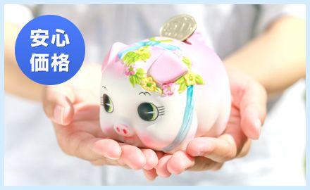 掌にのる豚の貯金箱